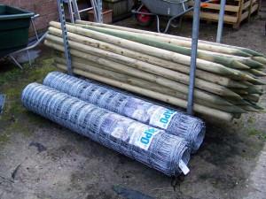 Schapendraad met houten palen